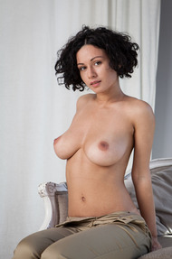 Busty And Curly Pammie Lee Shows Her Great Body - 03
