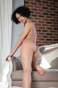 Busty And Curly Pammie Lee Shows Her Great Body - 05