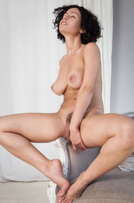 Busty And Curly Pammie Lee Shows Her Great Body - 10