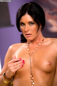 India Summer loves running her hands up and down her naked body - 09